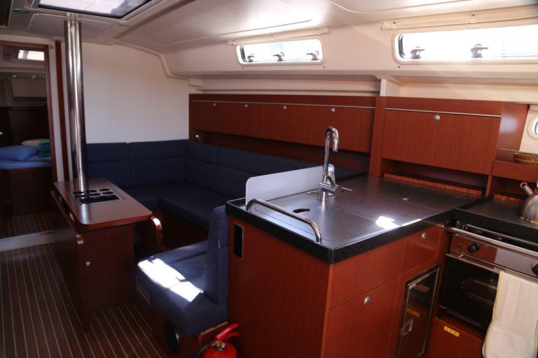 Perfect-Sailing-Serenity-Hanse-415-saloon