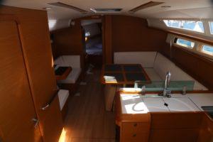 Jeanneau-419-main-cabin