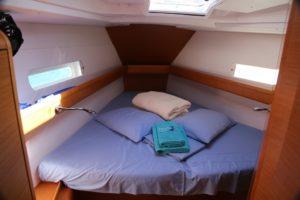 Jeanneau-419-forward-cabin